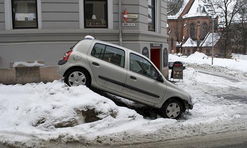 Сильнейший снегопад в Петербурге вызвал более 1000 аварий