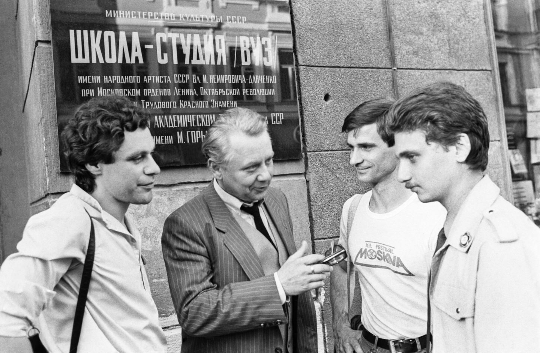 Олег Табаков (в центре) со своими учениками - студентами школы-студии МХАТ, 1985