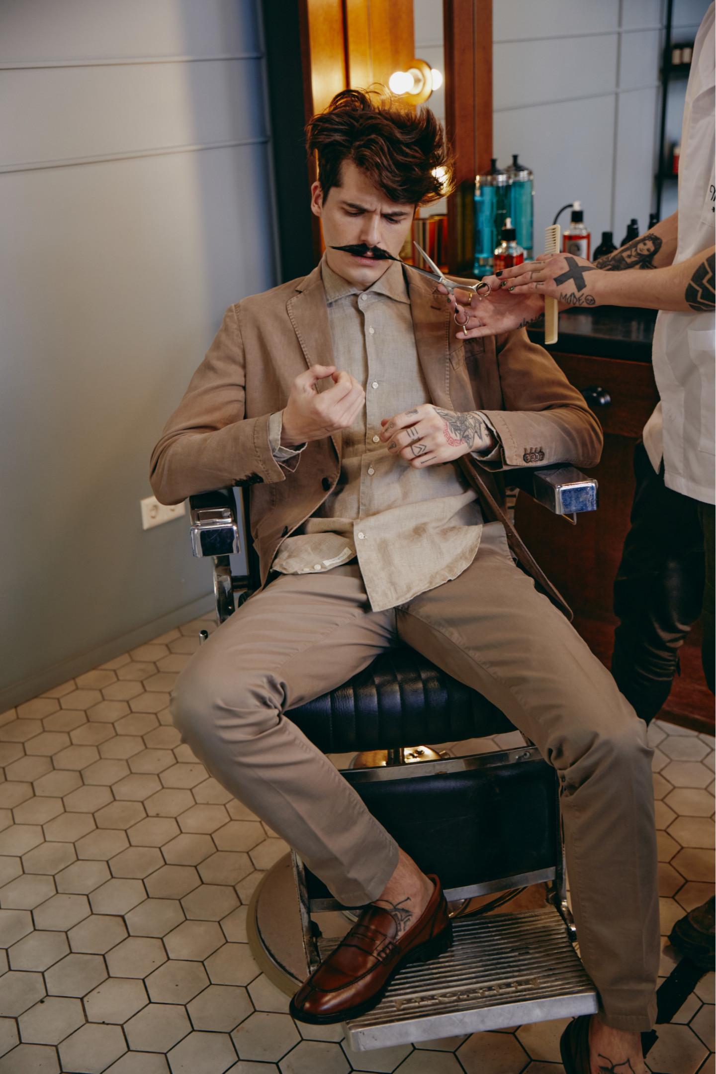 На Артуре: пиджак, сорочка, брюки — все Boggi Milano (ТРЦ «Афимолл Сити»); ботинки Geox (ТРЦ «Европейский»)