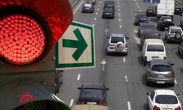 Поворот направо на красный свет могут разрешить по всей России