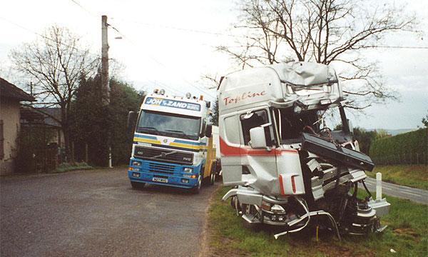 На трассе Скандинавия фура врезалась в упавший с грузовика трактор