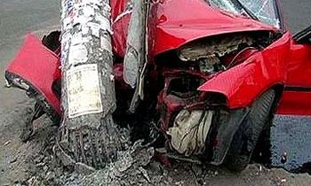 Красноярский водитель уронил фонарный столб на жилой дом