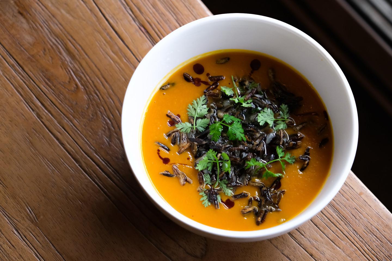 Тыквенный суп с черным рисом и попкорном из дикого риса