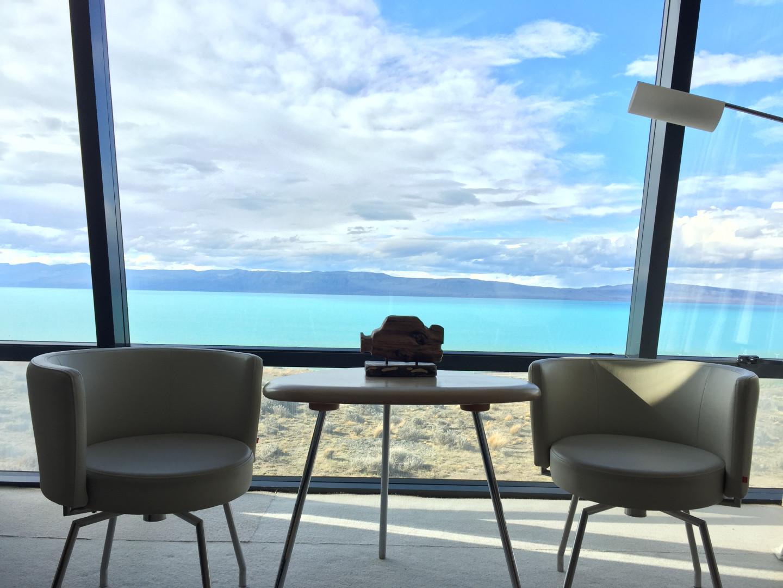 Вид на бирюзово-синее озеро Лаго-Архентино из окон номера в Design Suites Calafate