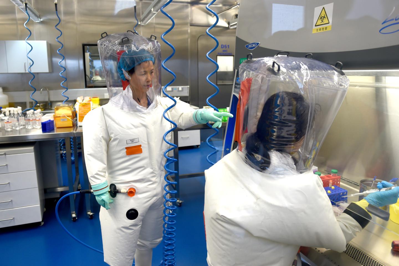 Вирусолог Ши Чжэнли (слева) в лаборатории Уханьского института вирусологии, 2017