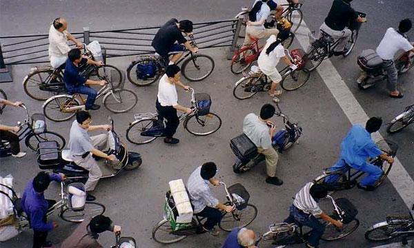 В Китае активно продаются автомобили, но большинство китайцев предпочитает велосипед.