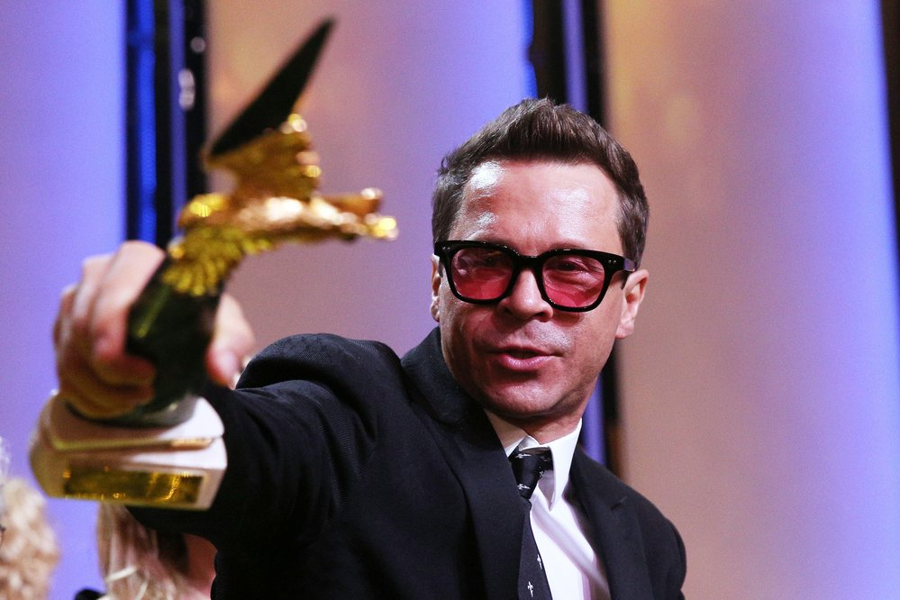С премией «Золотой орел», полученнойв номинации«Лучшая мужская роль на телевидении» за съемки в сериале «Домашний арест»