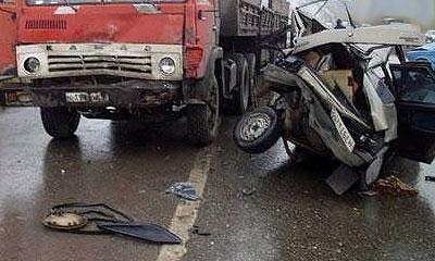 Водитель ВАЗ-21099 не справился с управлением и столкнулся с автомобилем КамАЗ