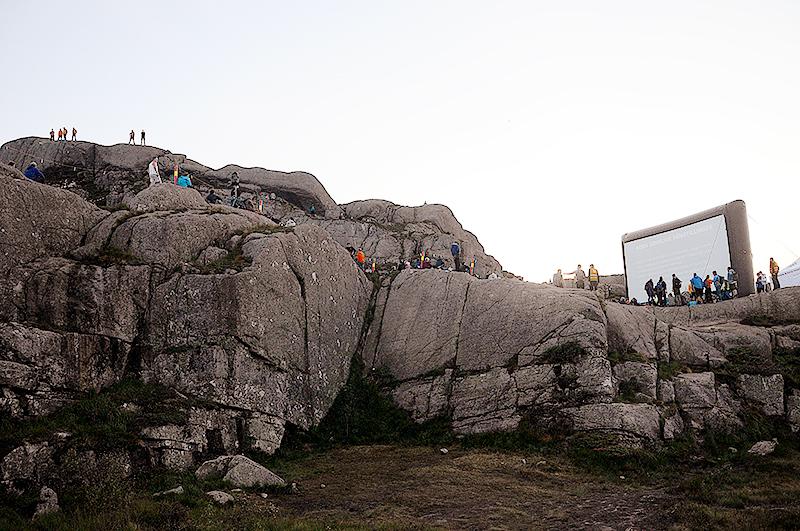 Выражение «кинотеатр под открытым небом» приобретает на скале над Прекестулен пугающе буквальное значение