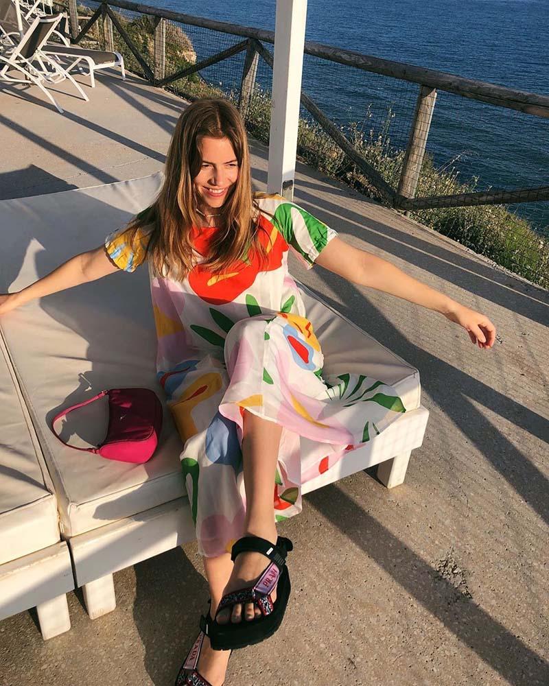 Сочетание массивных сандалий и свободного платья
