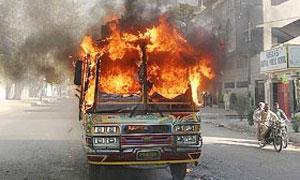 В Пакистане микроавтобус столкнулся с бензовозом