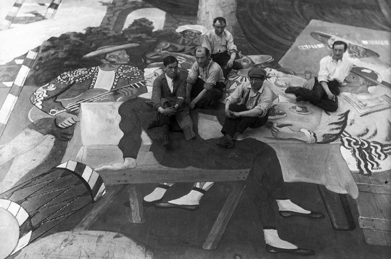 Пабло Пикассо работает на оформлением сцены балета «Парад»
