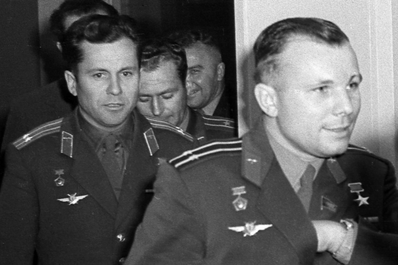 Позади Юрия Гагарина— Герман Титов