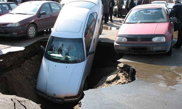 Московские дороги начали проваливаться под землю