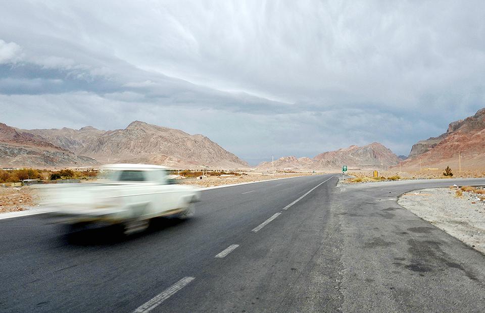 Дорога из Кермана в Шираз, пролегающая через гористую пустыню, — одна из самых живописных в Иране