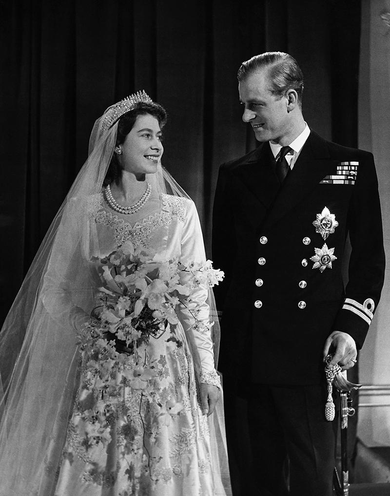 Королева Елизавета в день свадьбы в 1947 году в тиаре Garrard