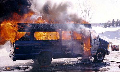 От удара автобус загорелся