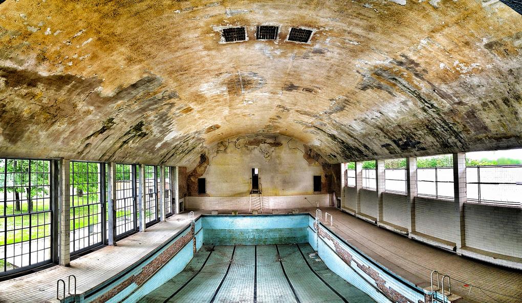 Заброшенный олимпийский бассейн