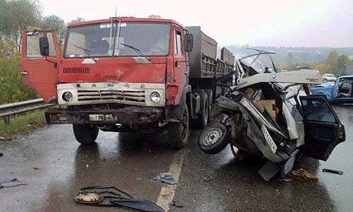 На дороге столкнулись четыре автомобиля, в том числе КАМАЗ
