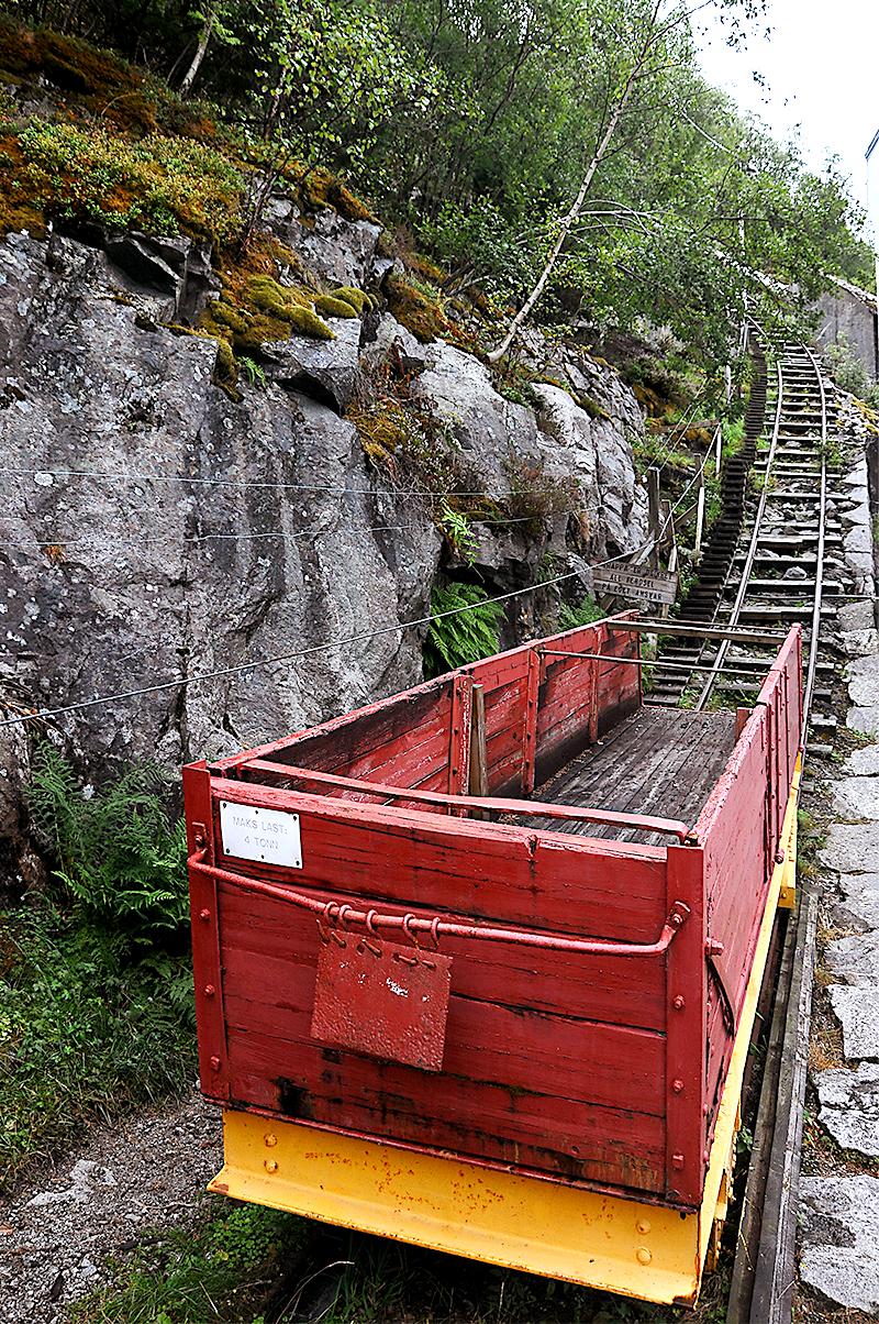 Старая деревянная вагонетка отмечает начало лестницы