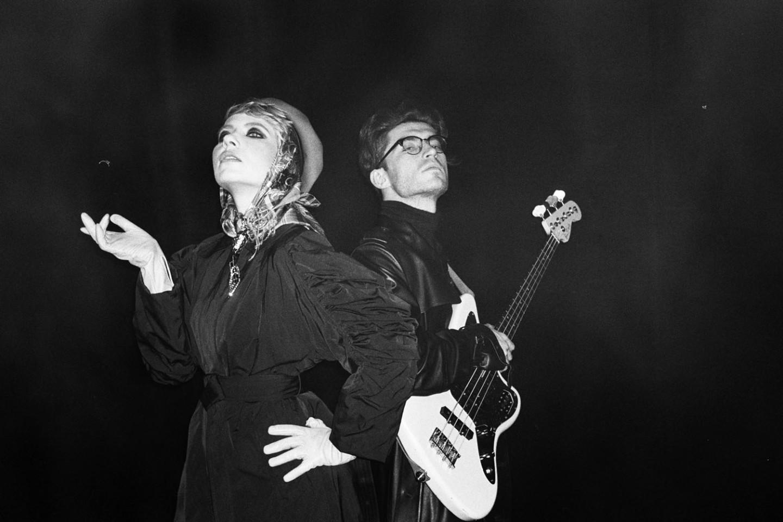 Группа «Глиняный шейк» напоминает о том, что они — лучшие молодые представители московского рок-клуба. В ролях: Катя Шилоносова, Дима Мидборн