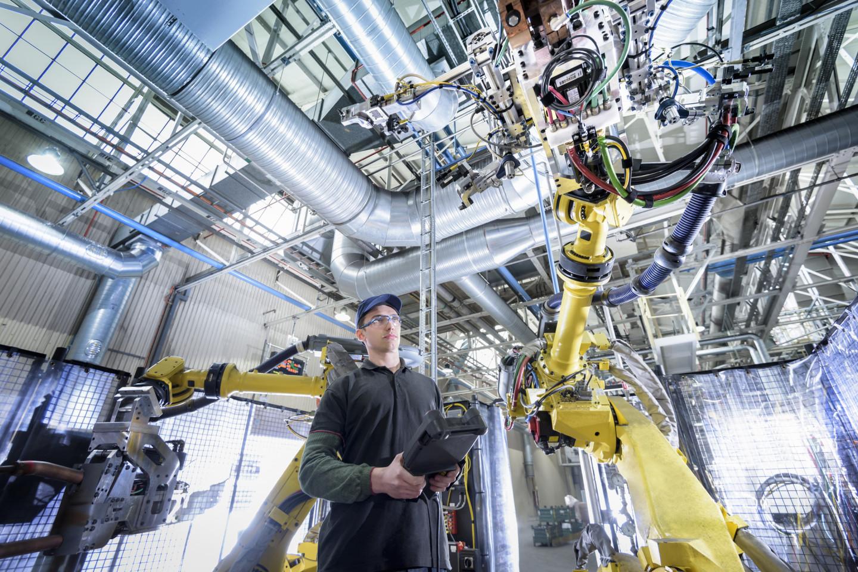 Инженер-регулировщик робота на автомобильном заводе
