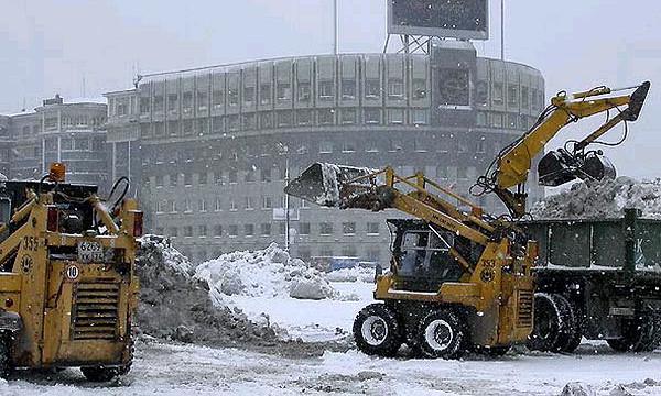 С первым снегопадом в Москве боролись 8300 тракторов