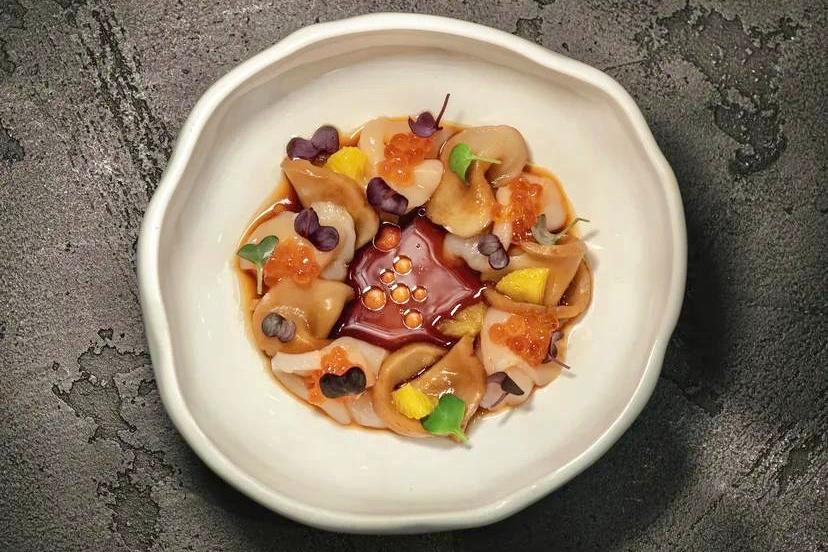Сахалинский гребешок с грибами эригини с икрой и соусом понзу