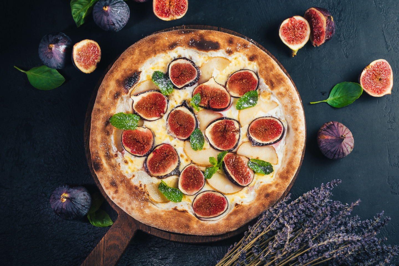 Пицца с инжиром и грушей