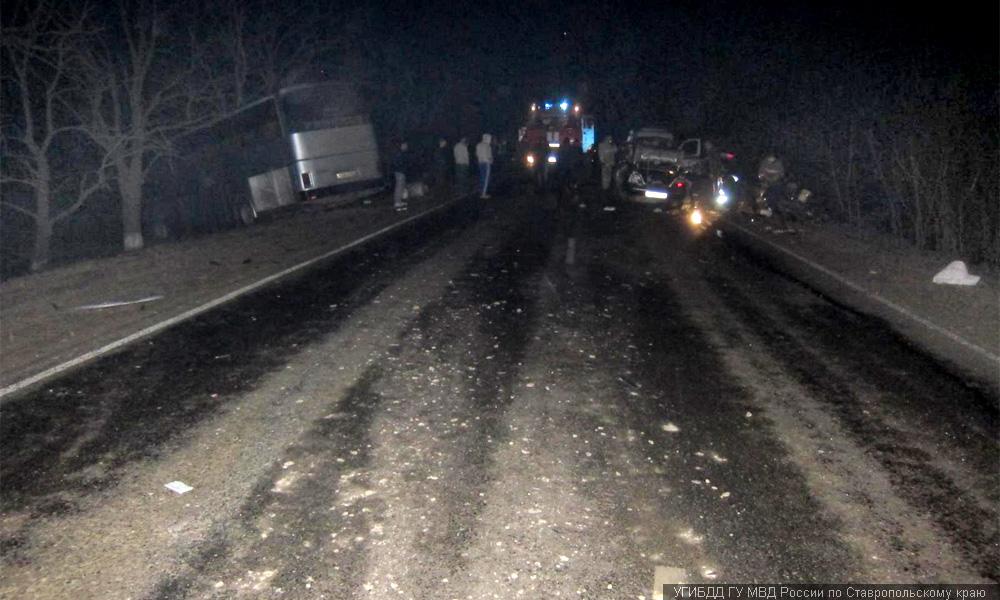 Уснувший за рулем водитель легкового авто протаранил автобус