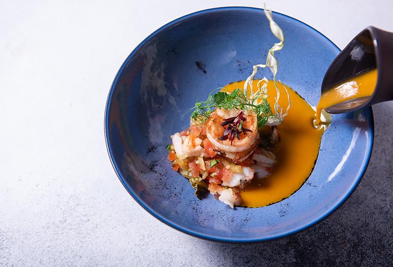 Креветочный крем-суп спомидорамиконкассе ичипсами из фенхеля