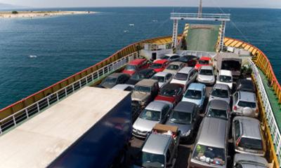 Во Владивостоке с грузового корабля смыло 52 автомобиля