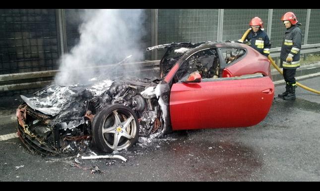 Ferrari FF внезапно вспыхнул на трассе. ВИДЕО