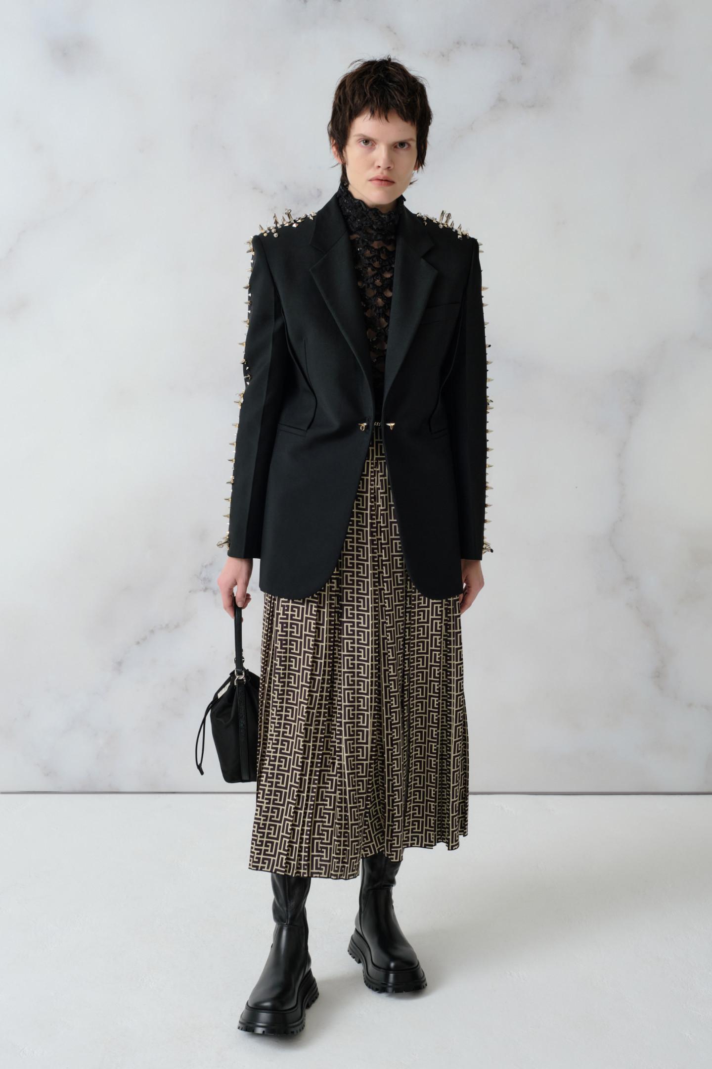 Жакет Givenchy, 324500 руб., Топ Valentino, 375500 руб., кюлоты Balmain, 231000 руб., сумка 4G Light, Givenchy, 68500 руб., ботинки Hurr, Burberry, 83900 руб.