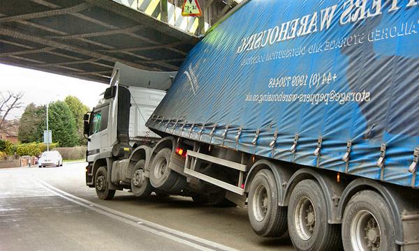Фура врезалась в мост на Рублево-Успенском шоссе