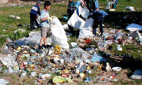 Молодые даймлеркрайслеровцы очищают окрестности Байкала