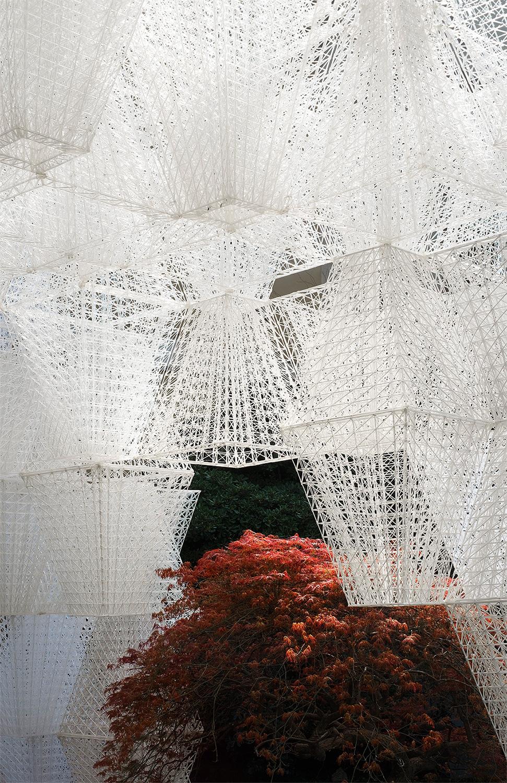 Инсталляция Conifera в PalazzoIsimbardi, архитектор Артур Маму-Мани для COS. Детали инсталляции напечатаны на 3D-принтере из биопластика