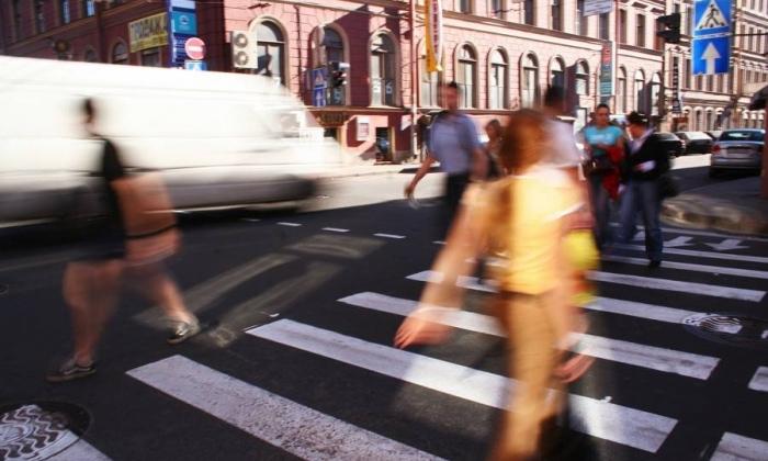 Пешеходные переходы в Москве будут обозначаться светящимися дорожными знаками нового образца