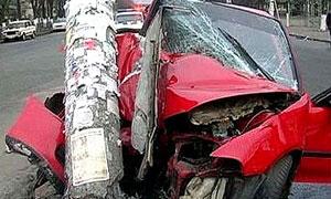 Автомобиль врезался в дерево, четыре человека погибли