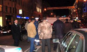 Участник аварии толкнул женщину-водителя под грузовик