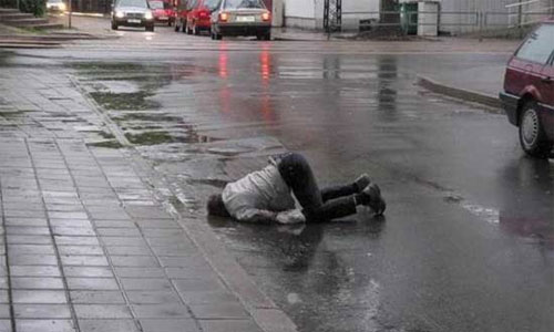 Милиционер насмерть задавил пьяного, уснувшего на дороге