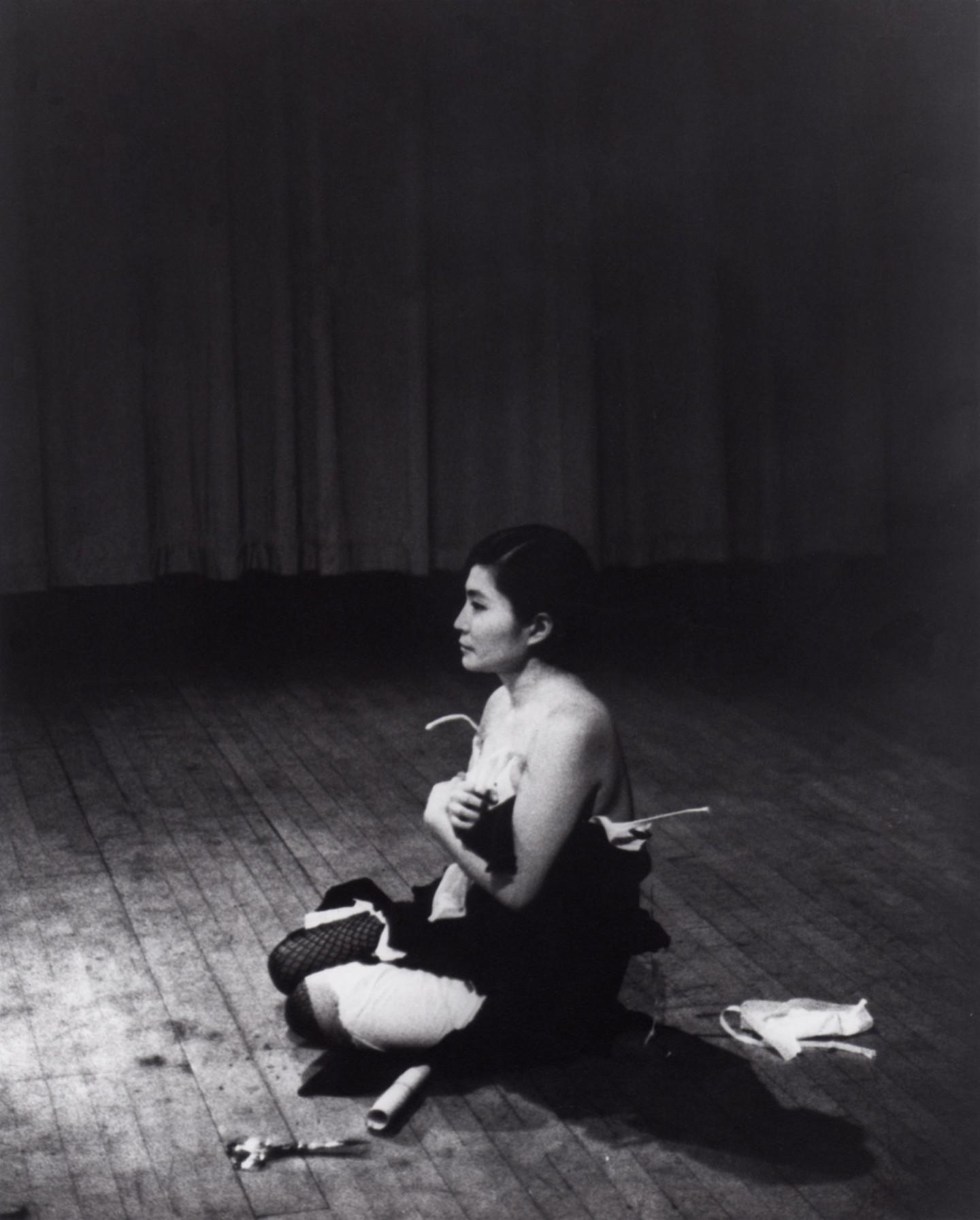 """Перформанс Йоко Оно """"Отрежь"""", 1964, концертный зал Carnegie Recital Hall, Нью-Йорк. 25 марта, 1965"""