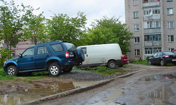 В Москве предложили снизить штраф за парковку на газоне