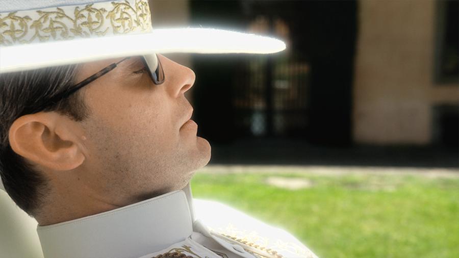 «Папа-хипстер» носит в кадре не только привычную для священнослужителей одежду, но и не брезгует модной. Вся она — легендарного итальянского бренда Giorgio Armani, как, к примеру, эти солнцезащитные очки