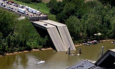 В Китае обрушился 200-метровый автомобильный мост