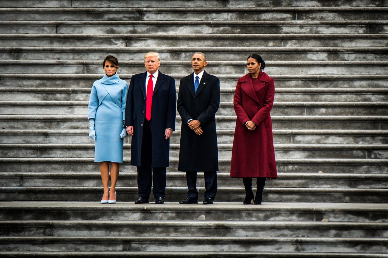 Экс-президент США Барак Обама с женой и вступающий в должность Дональд Трамп с супругой в день инаугурации на ступенях Капитолия, Вашингтон
