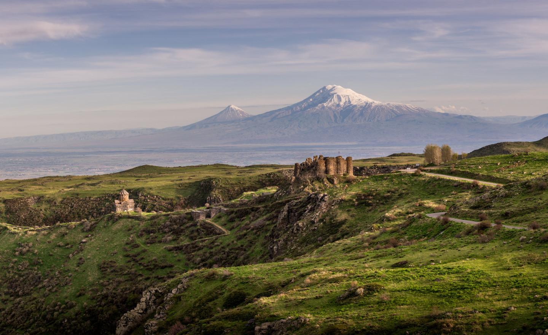 Крепость Амберд и церковь Ваграмашен на фоне горы Арарат