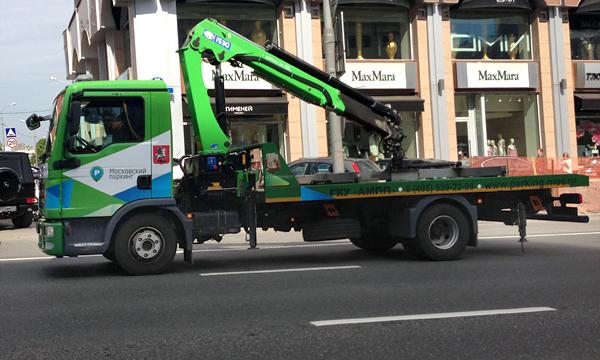 Эвакуатор уронил автомобиль и спровоцировал ДТП в Москве
