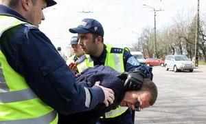 Полиция Румынии задержала пьяного безрукого водителя