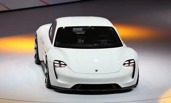 Первый серийный электрокар Porsche сделают похожим на Mission E